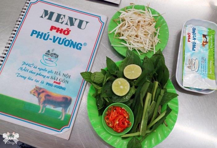 《美食*越南胡志明》Phở Phú Vương。第一郡乾淨好吃的牛肉河粉,店員有趣!