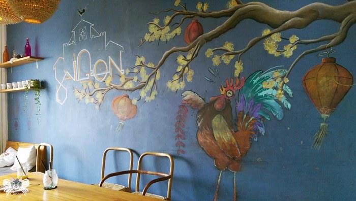 《美食*越南胡志明》Saigon Oi。咖啡公寓五樓,在文青情懷中品嘗彩虹千層派